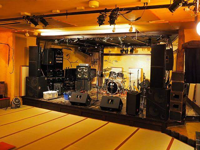 Club with live music on Tatami flooring