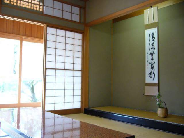 Where should you sit when you are welcomed in Japanese room as a guest?