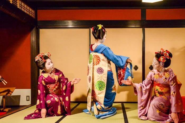 "Appreciate Japanese traditional cultures Play with Maiko-san (apprentice Geisha) ""Ozashiki-asobi (games with geisha)"""