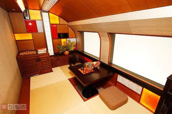 The tatami floor and Japanese cypress bath on the train … The running luxury inn