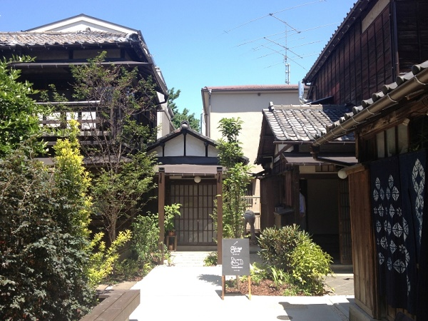 "Old and new charms at old folk houses Tokyo Ya-Ne-Sen ""Ueno sakuragi atari"""