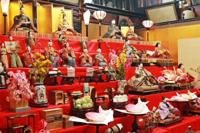 """Hina-matsuri (girls festival)"" suits the Japanese room"