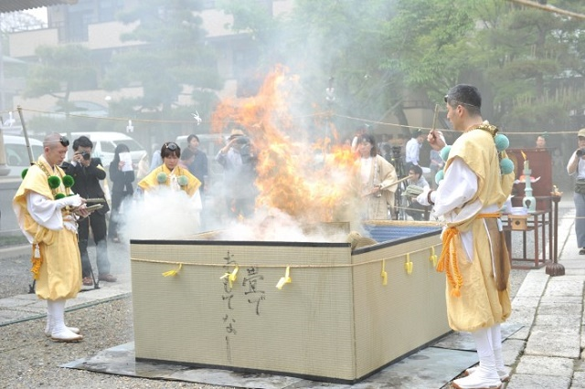 "On ""the spring tatami day"", there is ""Tatami-Kuyou (a memorial service for the tatami)"" to show appreciations to the tatami"