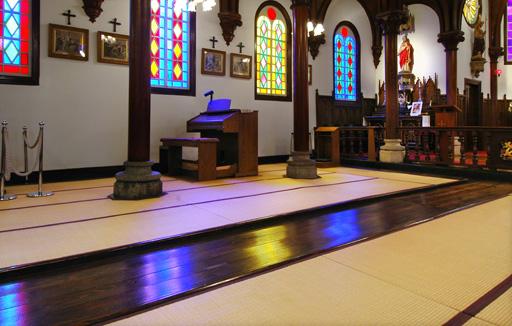 "Pray on the tatami Tatami floored  ""Miyazu catholic church"" and ""Amanohashidate"""