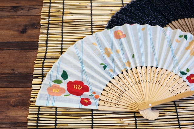 A long history and various ways to use A traditional craft sensu (folding fan) that shows the courtesy by putting it on the tatami