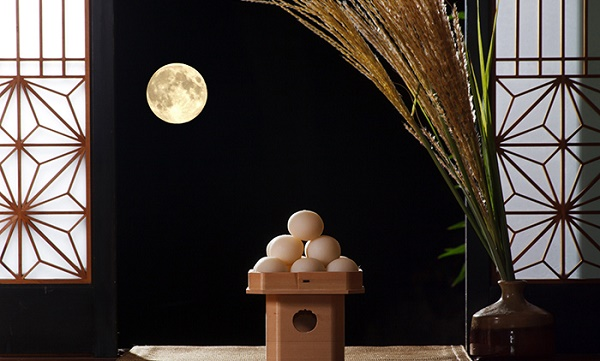 """Autumn traditions that suite with the Japanese room Enjoy the elegance of """"Chushu-no-meigetsu (the harvest moon)"""""""