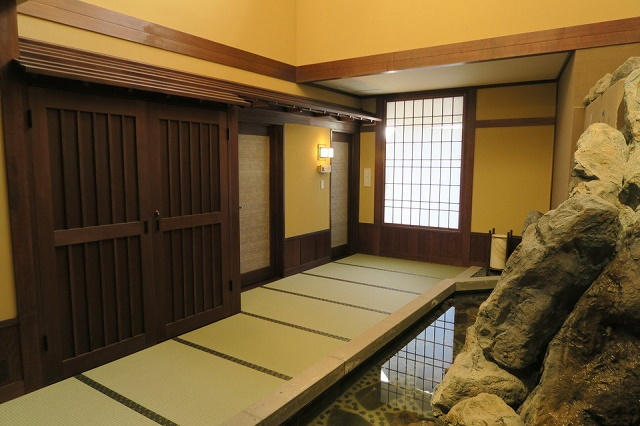 A popular tourist spot to feel Japan Vol.35 The tatami floored corridor, the Japanese room, and the open-air bath The Japanese inn with Japanese charms and a singe cherry tree blooms on the top of the mountain