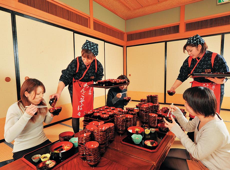 Try 100 bowls of Wankosoba Enjoy mysterious hospitality