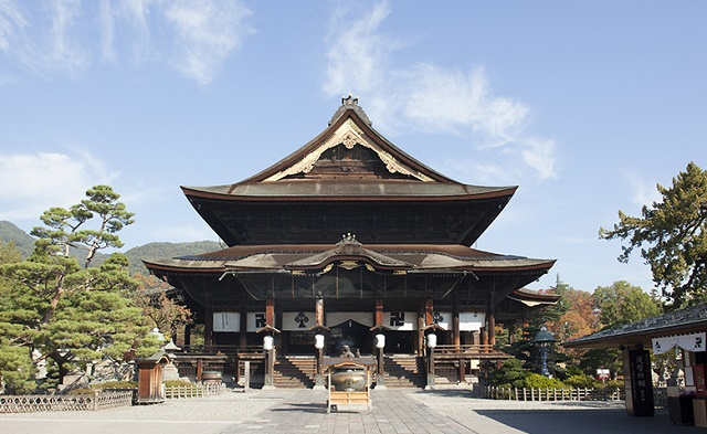 Popular tourist spots to feel Japan Vol.43 Visit Zenko-ji Temple at least once in a life Zenko-ji Temple in Nagano Powerful temple architectures and Japanese tasteful shops at the approach