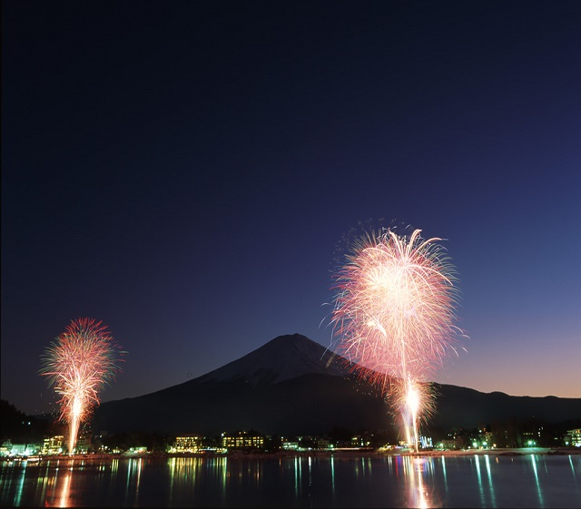 "In front of Mt. Fuji ""Winter Fireworks"" shined on Lake Kawaguchi, and relax in the hot spring"