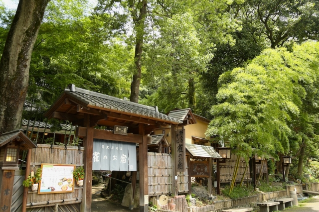 The status as a historic old temple and the taste of soba Jindai-Ji Temple, with the breathe of the history and the Japanese atmosphere, in the rich nature town