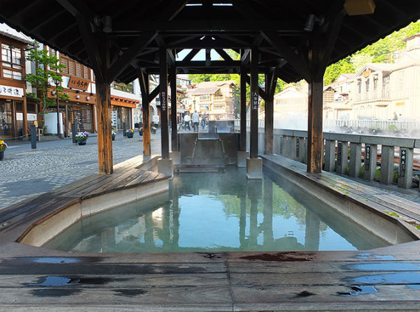 "Relax in the popular hot springs ""Kusatsu-no-yu"" Attractions of ""spring source"" with Yumomi and light up, and the atmosphere of Japanese style inns"