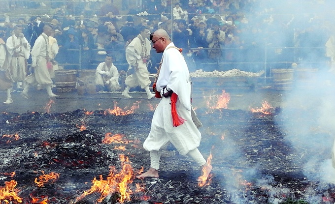"Overwhelming power in a sacred mountain, Mt. Takao ""Fire-walking Festival"" and ""Shukubo"" with high status Japanese atmosphere"