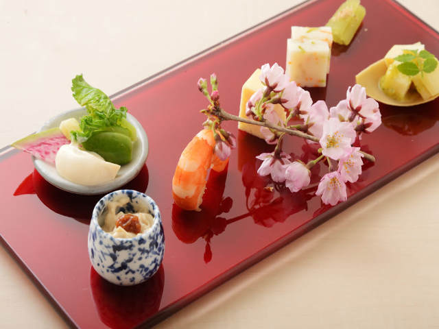 Let's enjoy Japan during the fresh green season Seeing the garden with the greens on the tatami and attractions of seasonable Japanese foods