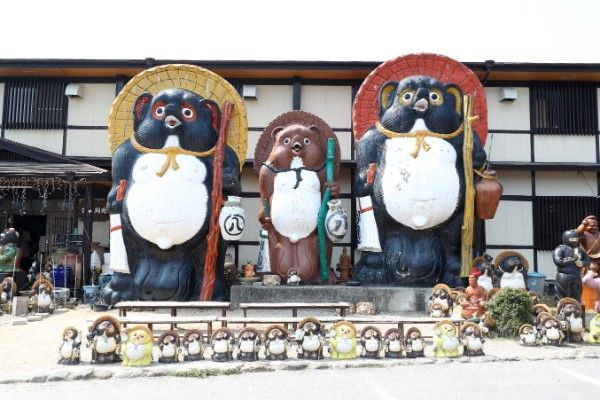 """Historic and traditional """"Shigarayaki"""" Enjoy the luxurious foods, hot springs, and Japanese relaxation in the village of potteries with a lot of pretty raccoons"""