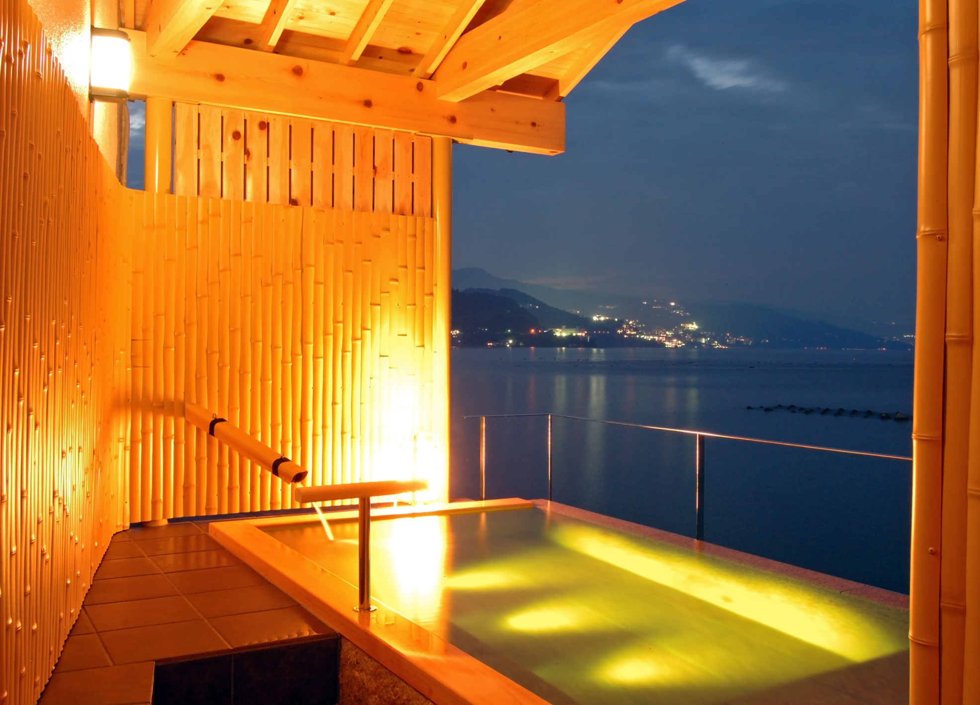 Hot springs, seafoods, and fireworks to decorate the night sky Luxurious Japanese time in Atami